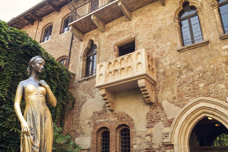 Bronze statue of Juliet and balcony by Juliet house, Verona, It